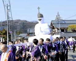 みこしに載せられ、住民に運ばれる大日如来坐像=2日、福井県越前町