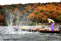 水面たたき水しぶき、三方湖に冬告げる