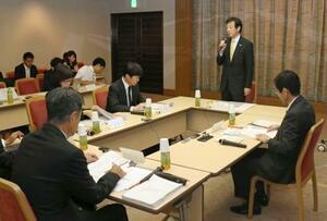神戸市立東須磨小の教諭いじめ問題を受け、総合教育会議であいさつする久元喜造市長(右から2人目)=17日午前、神戸市役所