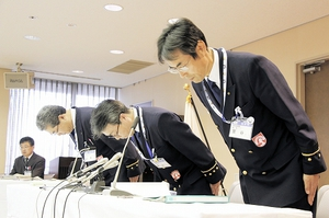 パワハラ問題を受け謝罪する伊井武美消防局長(右から2番目)ら=15日、福井市防災センター