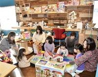 おもちゃ図書館親子にぎわい 鯖江の女性、支援拠点オープン ママに憩いのカフェも