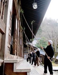 大本山永平寺「大すす払い」 新年へ法堂すっきり