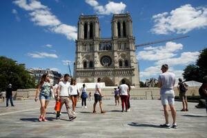 5月31日、パリ・ノートルダム大聖堂前を歩く人たち(AP=共同)
