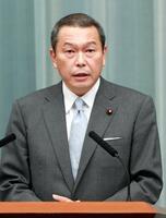 記者会見する小此木八郎国家公安委員長=17日午前0時51分、首相官邸
