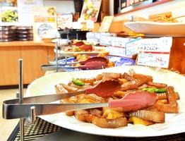 持ち手が食品に触れないようトング置きを設置している総菜取扱店=14日、福井市