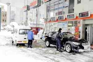 20リットルの給油制限の中、ガソリンを入れる車=7日、福井市春山1丁目の「栄月大名町SS」