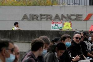 3日、パリ近郊にあるエールフランス本社前で行われた従業員による抗議行動(AP=共同)