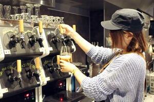 専用サーバー「タップ・マルシェ」から注がれるクラフトビール=9日、東京・恵比寿