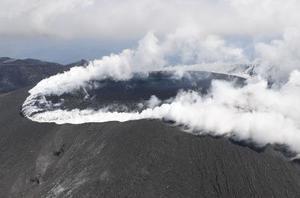 溶岩流の流出が確認された宮崎、鹿児島県境の霧島連山・新燃岳の火口付近=9日午後0時34分(共同通信社ヘリから)