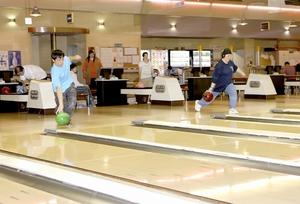 練習に励む、ボウリングのチームふくいアスリートのメンバー=福井市のスポーツプラザWAVE40