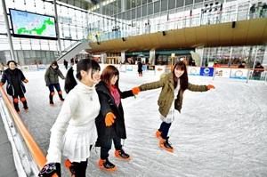 屋根付き広場ハピテラスのスケート場で滑りを楽しむ来場者=20日、福井市中央1丁目