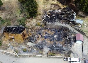 現場検証が行われた火災現場=4月4日午前11時30分ごろ、福井県福井市東俣町上空から日本空撮・小型無人機ドローンで撮影