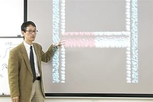 シミュレーション動画でポンプシステムを説明する古石准教授=福井市の福井大文京キャンパス