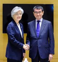 会談前に握手する河野外相(右)と韓国の康京和外相=11日、ハノイ(共同)