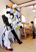 大角的さんが制作した高さ約2メートルのロボット=5月9日、福井県高浜町の高浜まちづくりネットワーク