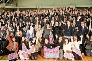 福井商業高校での特別試写会で主演の広瀬すずさん(中央)ら映画出演者と記念撮影する生徒やOGら=2月、福井市の同校