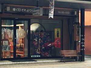 こっちにもいす、イス、椅子... 商店街にはベンチがいっぱい