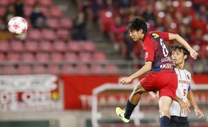 鹿島―ホンダFC 後半、ヘディングで先制ゴールを決める鹿島・土居(左)=カシマ