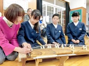 和楽器の魅力、児童が体感