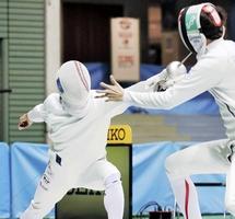 男子エペ準決勝 宇山賢(右)からポイントを奪う見延和靖=9月21日、東京・駒沢体育館