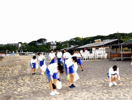 三国花火大会会場となった三国サンセットビーチ一帯を清掃奉仕する中学生ら=8月12日、福井県坂井市