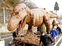 恐竜親子が冬ごもり 雪避け倉庫へ