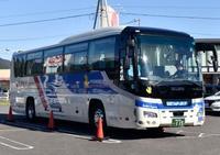 バスは対向車線側の側壁にも接触