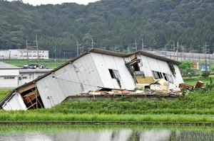 強風の影響で倒壊したとみられる建物=21日、福井県美浜町