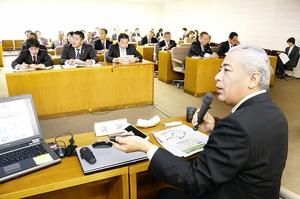 「北陸新幹線を起爆剤に、特性を生かした地域づくりが必要」と話す藤沢和弘氏=18日、福井県議会全員協議会室