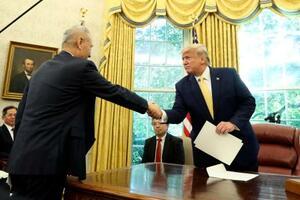 ホワイトハウスで中国の劉鶴副首相(左)と握手を交わすトランプ大統領=11日、ワシントン(AP=共同)
