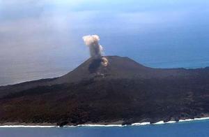 噴煙が上がる東京・小笠原諸島の西之島=12日午後(海上保安庁提供)
