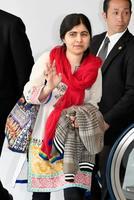 初来日したノーベル平和賞受賞者のマララ・ユスフザイさん=22日午後、成田空港