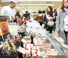 バレンタイン商戦が本格化し、さまざまなチョコレートが並ぶ売り場=1月24日夜、福井県福井市の西武福井店