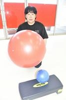中高年ら向けにバランスボールなどを使った体操教室を開いた岩澤恵子さん=福井県小浜市大手町の「STUDIO VIGOR」