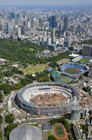 建設工事が進む新国立競技場=5月11日、東京都新宿区