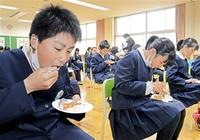 児童考案タルト完成  高浜小6年 地元団体と商品化  4月発売  ブドウ「若狭ふじ」果汁使用