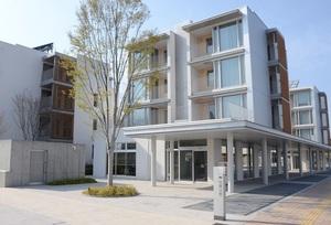 富山県黒部市でYKKグループが整備した「パッシブタウン」。社員だけでなく一般にも貸し出している=4月