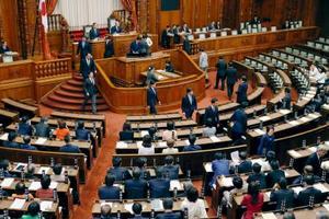 入管難民法改正案などの採決で記名投票が行われた参院本会議=8日午前3時57分