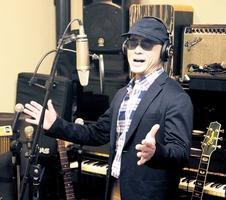 スタジオで歌う井坂裕之さん