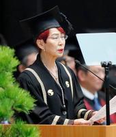 東大の入学式で祝辞を述べる、名誉教授で社会学者の上野千鶴子さん=12日、東京・日本武道館