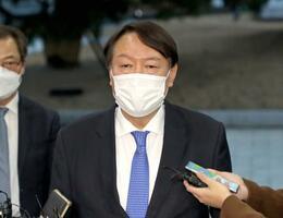 1日、ソウルの最高検に登庁し、記者団の取材に応じる韓国の尹錫悦検事総長(聯合=共同)
