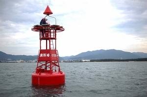 揺れの激しい灯浮標(高さ約5m)の上で点検を行うベテラン海上保安官