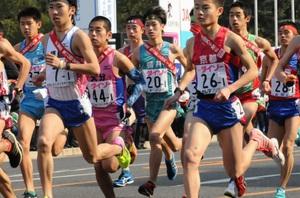 一斉スタートする1区走者=広島市の平和記念公園前