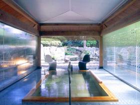 創業120年の老舗。静謐なたたずまいと日本庭園が美しい