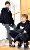 ツアーを前に来社した中島颯太さん(左)と八木勇征さん=福井県福井市の福井新聞社