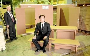 簡単に設営できる段ボール製のパーテーション(左奥)やベッド兼テーブル(手前)=福井県越前市の垣内産業