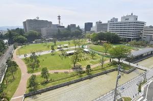 福井城址との一体感を重視して整備された福井市中央公園の北側エリア。奧が福井県庁=28日、同市大手3丁目