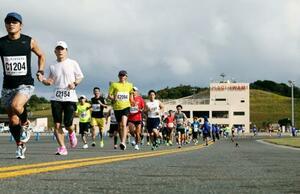 「萩・石見空港マラソン全国大会」で滑走路を走る参加者=20日、島根県益田市