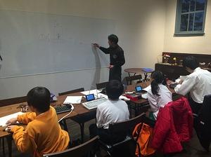 学校帰りにプログラミングを極める小学生たち。将来有望すぎる!