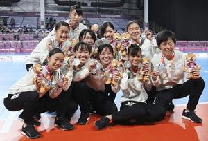 フットサル女子で銀メダルを獲得した日本=10月17日、アルゼンチン・ブエノスアイレス(共同)